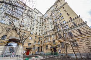 Продажа трехкомнатной квартиры в сталинском фасадном доме